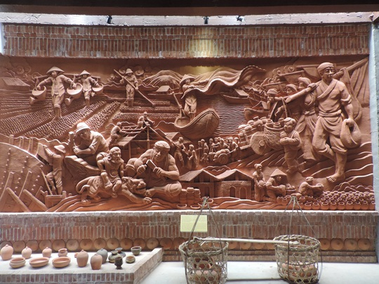 Bên trong trưng bày nhiều hiện vật gốm qua các thời kỳ và các phù điều miêu tả nghề gốm truyền thống phục vụ du khách