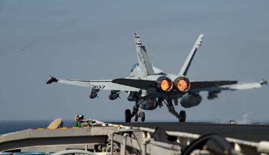 Chiếc F/A-18C Hornet cất cánh từ tàu sân bay USS Dwight D. Eisenhower hôm 16-10 ở Vịnh Ba Tư. Ảnh: Navy