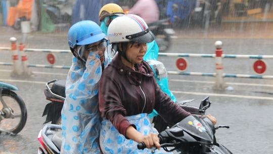 Sáng thứ hai, nhiều người đi làm, đi học trong cảnh mưa ướt, nước ngập và kẹt xe.