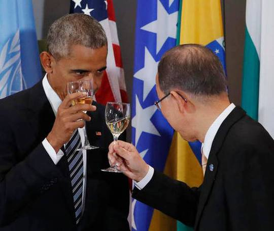 Tổng thống Mỹ Barack Obama và Tổng Thư ký Liên Hiệp Quốc Ban Ki-moon cùng nhau nâng cốc. Ảnh: AP