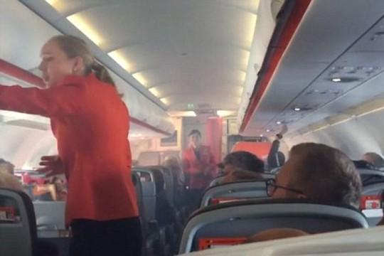 Khói xuất hiện trong cabin máy bay. Ảnh: ABC News