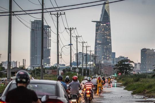 Một hộ dân buôn bán trên đường Lương Định Của cho biết hôm qua mưa lớn nước ngập lên rất cao, hôm nay tuy không mưa nhưng vẫn ngập nhiều.