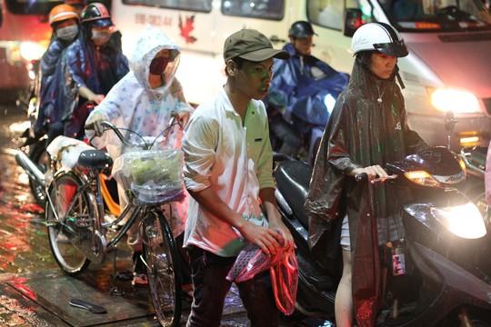 Giao thông tê liệt sau mưa lớn