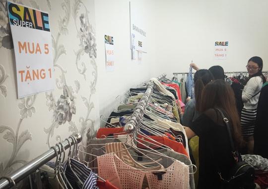 Càng về những ngày cuối cùng, nhiều hãng thời trang còn giảm giá nhiều hơn so với những ngày đầu