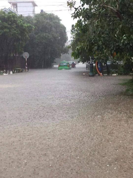 TP Đồng Hới sáng nay vẫn bị ngập nặng, gây ách tắc giao thông