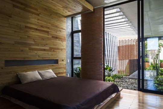 Phòng ngủ chính thiết kế tối giản, ấm cúng.