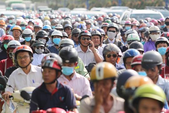 Sáng 26-10, lượng xe ô tô di chuyển từ các khu đô thị ở quận 2 ra xa lộ Hà Nội quá nhiều đã khiến đoạn trước Vincom Mega Mall Thảo Điền đến gần Cầu Sài Gòn ùn tắc nghiêm trọng