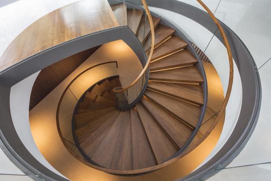 Cầu thang xoắn ốc, ốp gỗ sang trọng cũng là một điểm nhấn của ngôi nhà