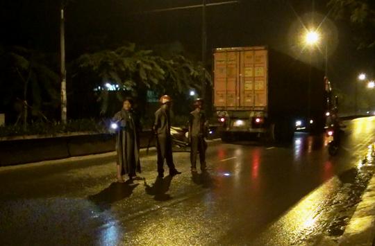 Chiếc xe container bỏ chạy gần 1 km thì bị chặn bắt