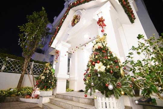 Sảnh chính của ngôi nhà cũng trở nên thu hút hơn với 2 cây thông cỡ vừa được trang trí xinh xắn, những hàng châu đính trước cửa.