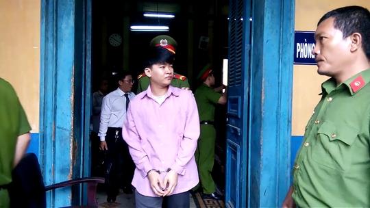 Bị cáo Huỳnh Thanh Nam (SN 1993, ngụ huyện Hóc Môn) sau khi say rượu về giết cha ruột, bị tuyên án tử hình Ảnh: PHẠM DŨNG