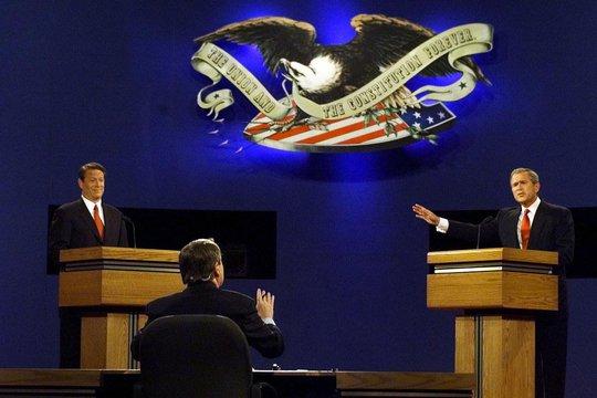 Hai ứng viên tổng thống Mỹ năm 2000 George W. Bush (phải) và Al Gore (trái) trong một cuộc tranh luận trên truyền hình Ảnh: NEW YORK TIMES