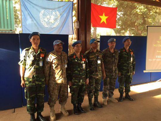 Các sĩ quan Việt Nam tổ chức lễ kỷ niệm 70 năm Quốc khánh tại Trung Phi Ảnh: HOÀNG TRUNG KIÊN