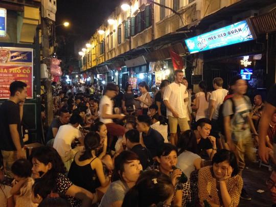 Phố Tạ Hiện nức tiếng thủ đô Hà Nội về việc ăn nhậu Ảnh: NGUYỄN QUYẾT