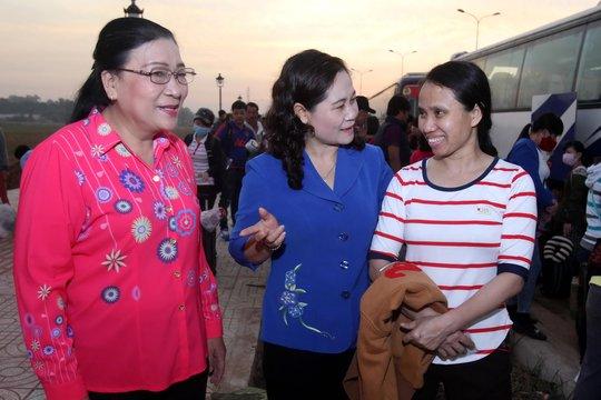 Lãnh đạo Thành ủy và LĐLĐ TP HCM thăm hỏi công nhân về quê ăn Tết Nguyên đán 2016 Ảnh: HOÀNG TRIỀU