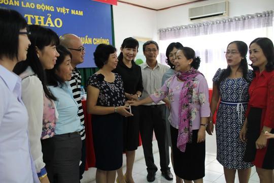Bà Nguyễn Thị Thu Hồng, Phó Chủ tịch Tổng LĐLĐ Việt Nam (thứ ba từ phải qua), trò chuyện với cán bộ nữ công Công đoàn cơ sở