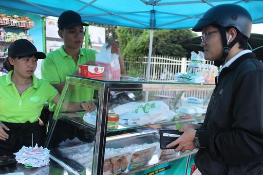 Công nhân mua thức ăn sáng tại siêu thị mini KCX Tân Thuận, TP HCM