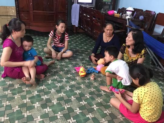 Bà chủ nhà Lê Thị Thanh Hoa (thứ 3 từ phải sang) thăm hỏi tình hình chuẩn bị Tết của công nhân nhà trọ