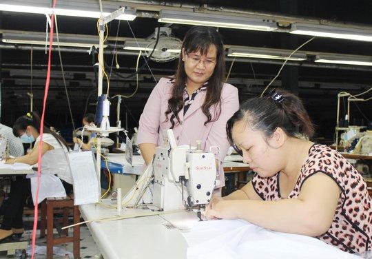 Công nhân Công ty TNHH May Việt Sang yên tâm làm việc nhờ chế độ, lương, thưởng Tết tốt