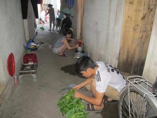 Phần lớn công nhân phải sống ở những khu nhà trọ ẩm thấp, đắt đỏ. Trong ảnh: Một khu nhà trọ ở KCN Bắc Thăng Long (Hà Nội)
