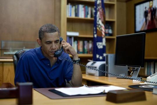 Tổng thống Mỹ sắp mãn nhiệm Barack Obama gọi điện từ trại David bang Maryland Ảnh: REUTERS