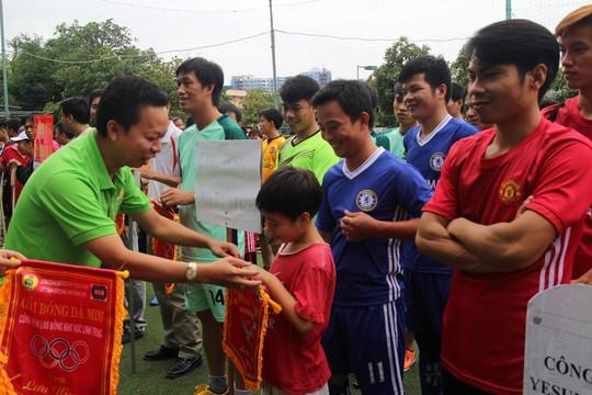 Ông Nguyễn Thành Đô, Chủ tịch Công đoàn các KCX-KCN TP HCM, tặng cờ lưu niệm cho các đội bóng dự giải