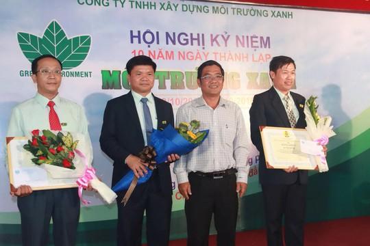 Ông Lê Anh Tuấn (thứ hai từ phải sang), Phó Ban Chính sách - Pháp luật LĐLĐ TP, trao giấy khen cho các tập thể, cá nhân xuất sắc