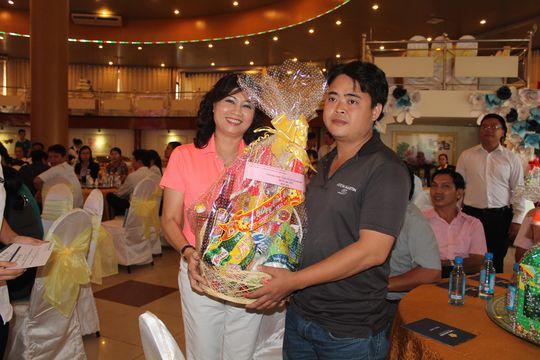 Bà Nguyễn Thị Bạch Lan, Chủ tịch CĐ Tổng Công ty Du lịch Sài Gòn, tặng quà cho người lao động khó khăn trong dịp Tết Bính Thân 2016