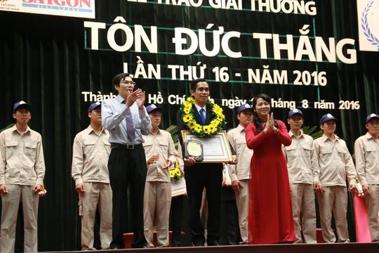 Bà Trần Kim Yến (bên phải), Chủ tịch LĐLĐ TP HCM, trao Giải thưởng Tôn Đức Thắng cho các kỹ sư ưu tú