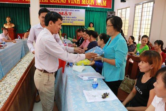 LĐLĐ huyện Hóc Môn, TP HCM tặng quà cho nữ cán bộ Công đoàn tiêu biểu Ảnh: BẠCH ĐẰNG