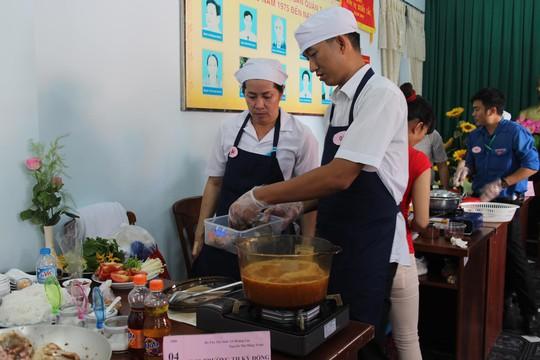 Các đội tham gia hội thi nấu ăn do LĐLĐ quận 3, TP HCM tổ chức Ảnh: HỒNG ĐÀO