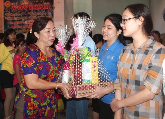 Bà Võ Thị Minh Phượng, Phó Ban Nữ công LĐLĐ TP HCM,trao quà cho nữ công nhân có hoàn cảnh khó khăn