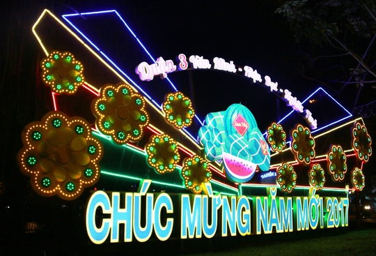 """Chị Lâm Thị Sang (ngụ quận 3) cho biết: """"Năm nay, hai bên đường được trang trí rất đẹp, mang không khí Tết đến Xuân về cho cho các hộ dân ở đây"""""""