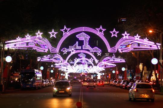 Đường Lê Lợi (Q1) lộng lẫy trong đêm với những dàn đèn trang trí ánh sáng nghệ thuật hình ngôi sao và chợ Bến Thành.