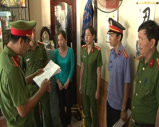 Đối tượng Trang (thứ 3 từ trái qua) bị cơ quan công an bắt tạm giam