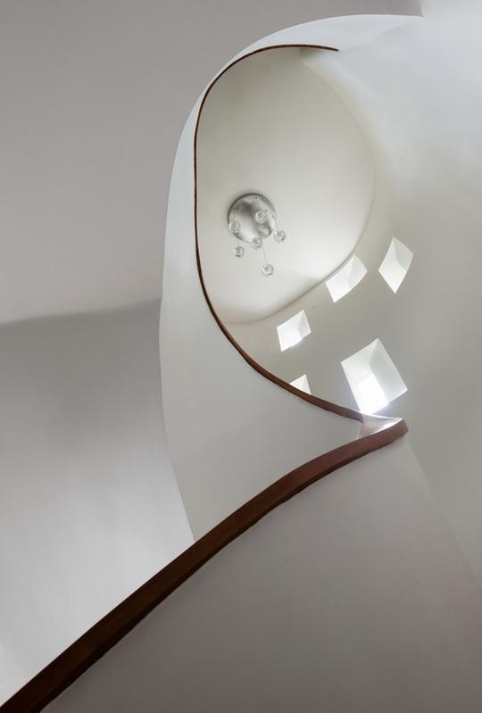 Cầu thang thiết kế mềm mại với những lỗ thoáng khí vừa đẹp về thẩm mỹ, vừa tiện về công năng.
