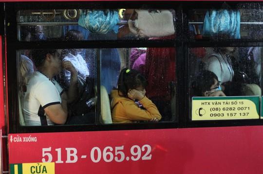 Nhiều hành khách tỏ ra mệt mỏi khi xe bus không lưu thông được