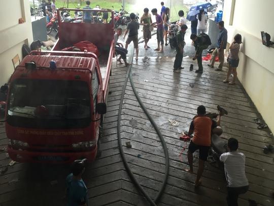 Lực lượng PCCC địa phương đã được ban quản lý KTX gọi đến hỗ trợ việc rút nước.