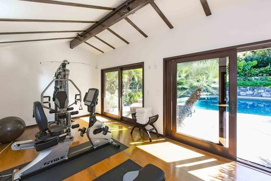 Một phòng tập thể dục hiện đại cho hướng ra bể bơi.