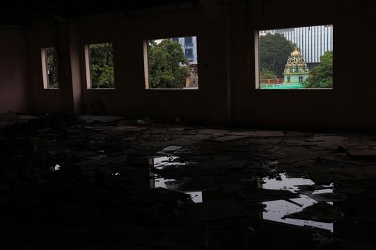 Nhiều tháng qua, các hạng mục phụ cùng nội thất đã được di dời, đập phá hoàn toàn. Phần mái nhà cũng được dỡ bỏ để nước mưa tạt vào bên trong nhằm giảm thiểu bụi bặm khi thi công phá bỏ toàn bộ tòa nhà - Người quản lý tòa nhà cho biết.