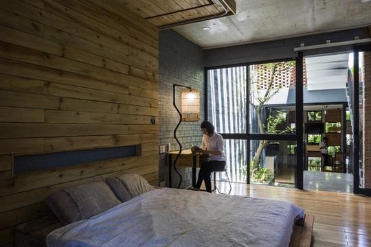 Nhớ tường kính mà nhà rộng nhưng các không gian vẫn dễ dàng kết nối với nhau.