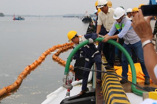 Máy hút dầu chuyên dụng nhanh chóng được đưa đến hiện trường