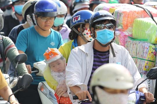 Trẻ em bơ phờ, ngơ ngác vì kẹt xe trong nắng nóng