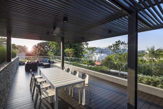 Sân thượng có bố trí bàn ăn và ghế sô pha là nơi thích hợp để ngắm cảnh, chuyện trò hoặc tổ chức những buổi tiệc nhỏ