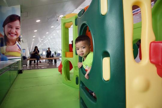 Khu vui chơi trẻ em với diện tích 40 m2 cũng được bài trí nhiều màu sắc. Tại đây có các trò chơi nhà ống, ván trượt, xếp hình ...