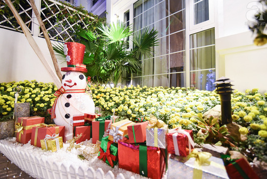 Một góc sân được trang trí thu hút với người tuyết và những hộp quà xanh đỏ đặc trưng của mùa Giáng sinh.