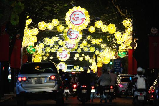Dòng người tấp nập hòa mình vào đèn hoa vàng nổi bật tại đường Đồng Khởi phía trước nhà thờ Đức Bà.