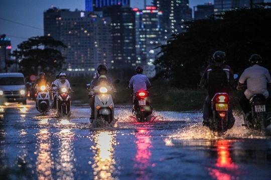 Mặc dù trời không mưa nhưng tuyến đường Lương Định Của, quận 2 cũng ngập nặng
