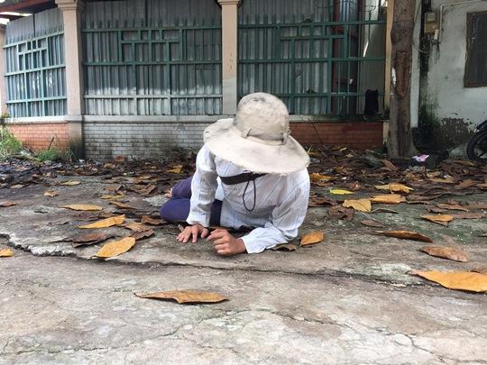 """Phóng viên Báo Người Lao Động đang học lê lết dưới sự chỉ dẫn của T.V.D và mua """"đồ nghề"""" để giả nhà sư Ảnh: Quốc Chiến"""