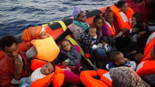 Trong số những người di cư đến châu Âu có nhiều trẻ em. Ảnh:AP